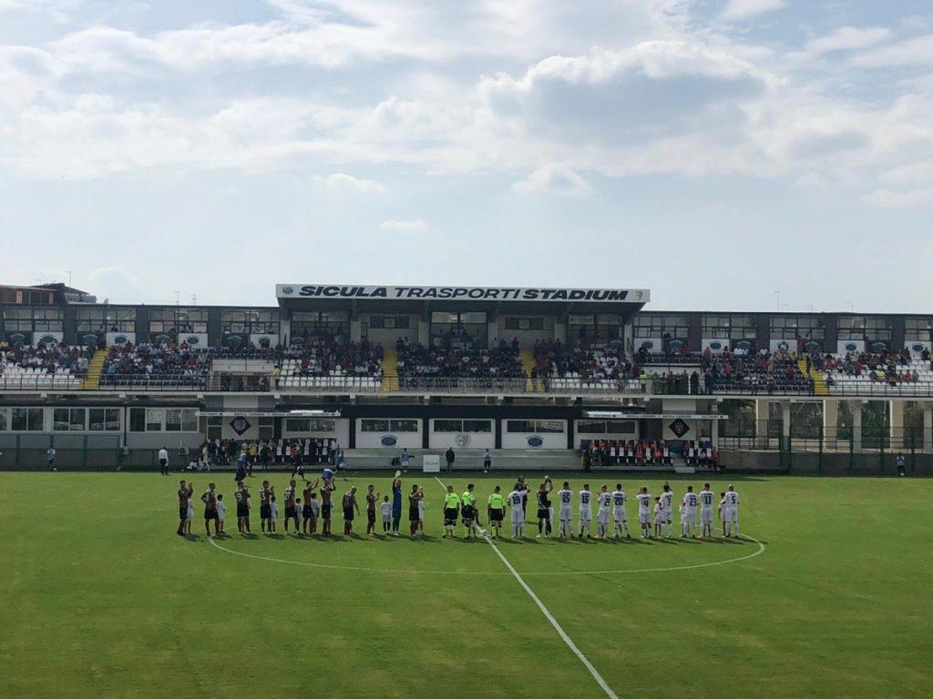 Le squadre di Sicula Leonzio e Ternana al centro del campo