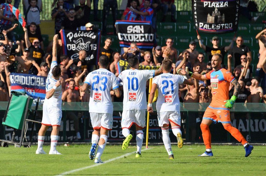 l'esultanza dei giocatori del Catania nella partita giocata al Liberati