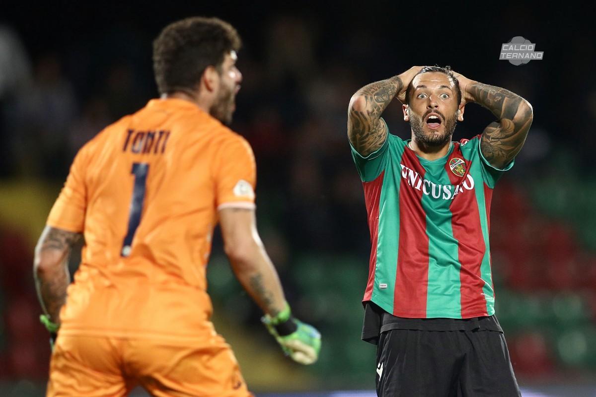 Alexis Ferrante si dispera per l'occasio mancata contro L'Avellino