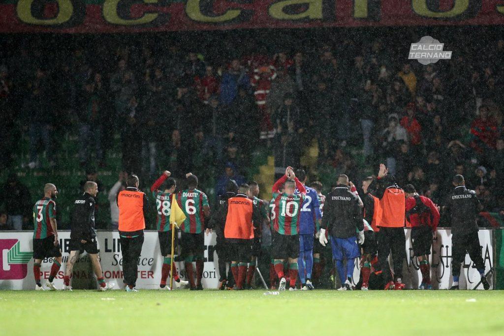 Catanzaro-Ternana, la festa del post partita: rossoverdi sotto la curva