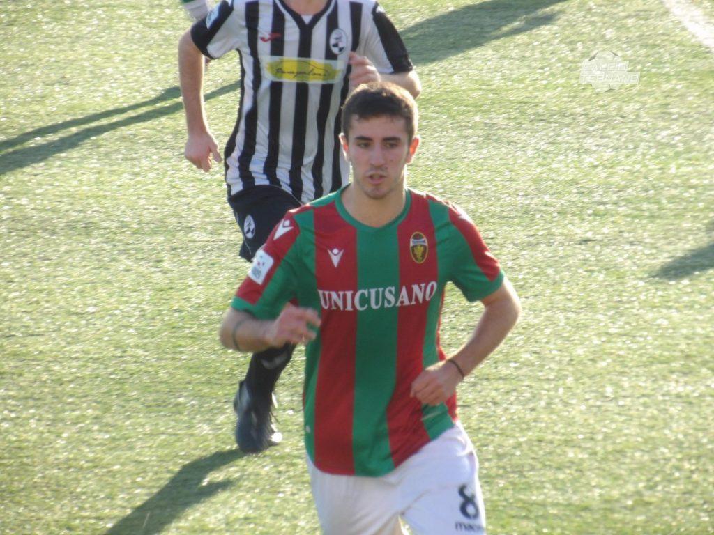 Il giocatore Leonardo Cori in azione con la maglia della Ternana