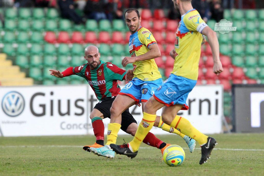 Il difensore rossoverde Luca parodi a contrasto