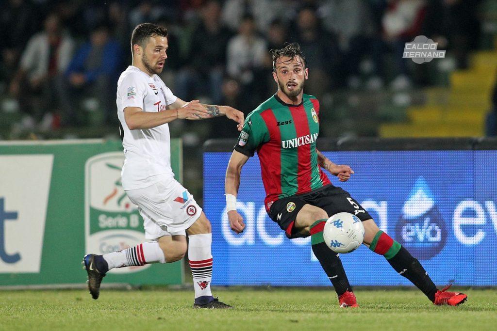 Andrea Signorini con la maglia della Ternana in azione