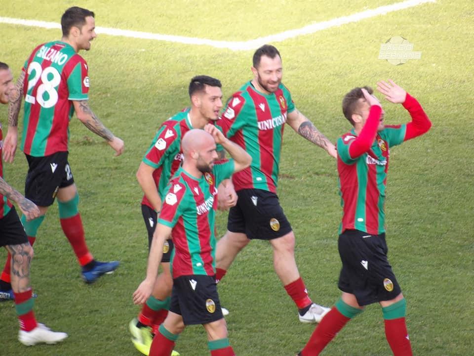 Partipilo esulta con i compagni per il gol contro il Rende