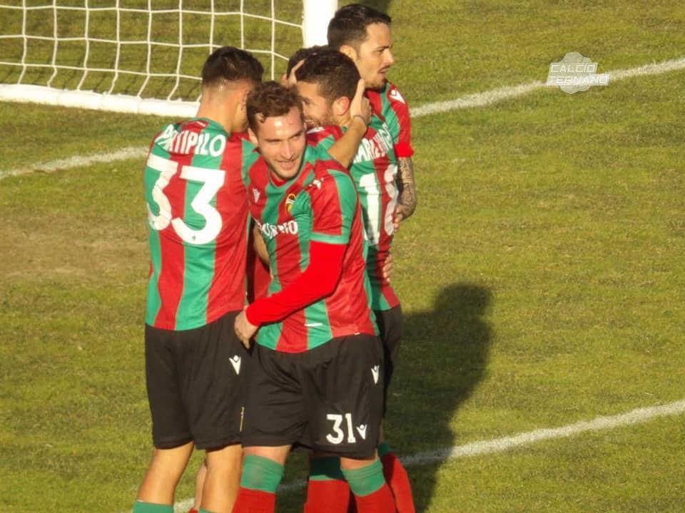 L'abbraccio dei calciatori della Ternana