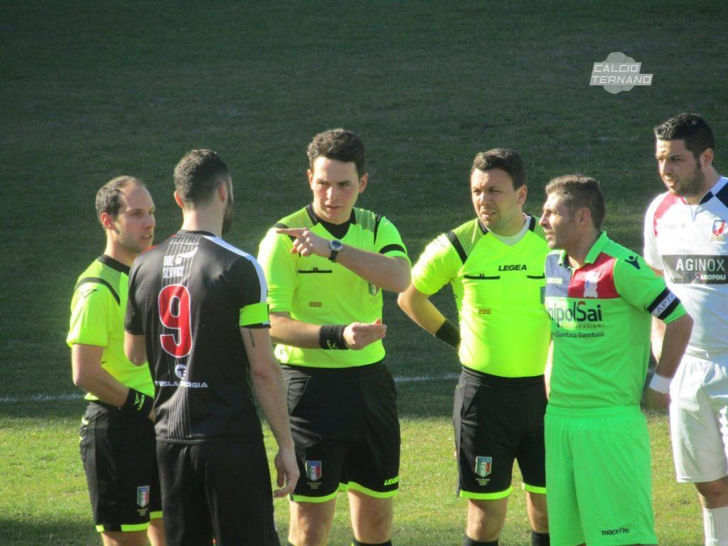 I capitani di Narnese e Pontevalleceppi con l'arbitro