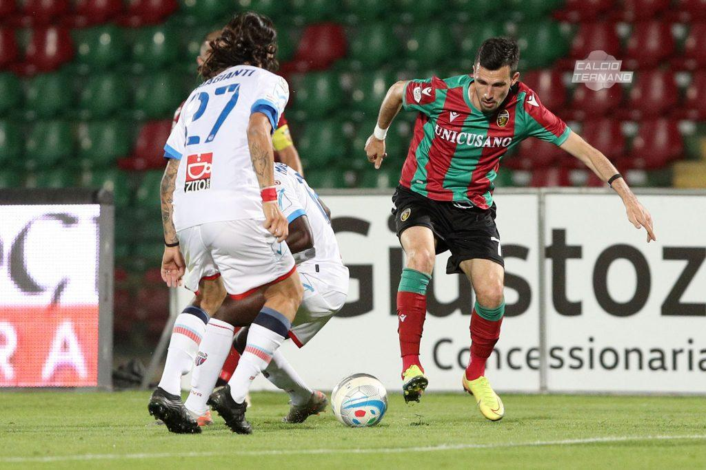 Furlan punta l'avversario contro il Catania