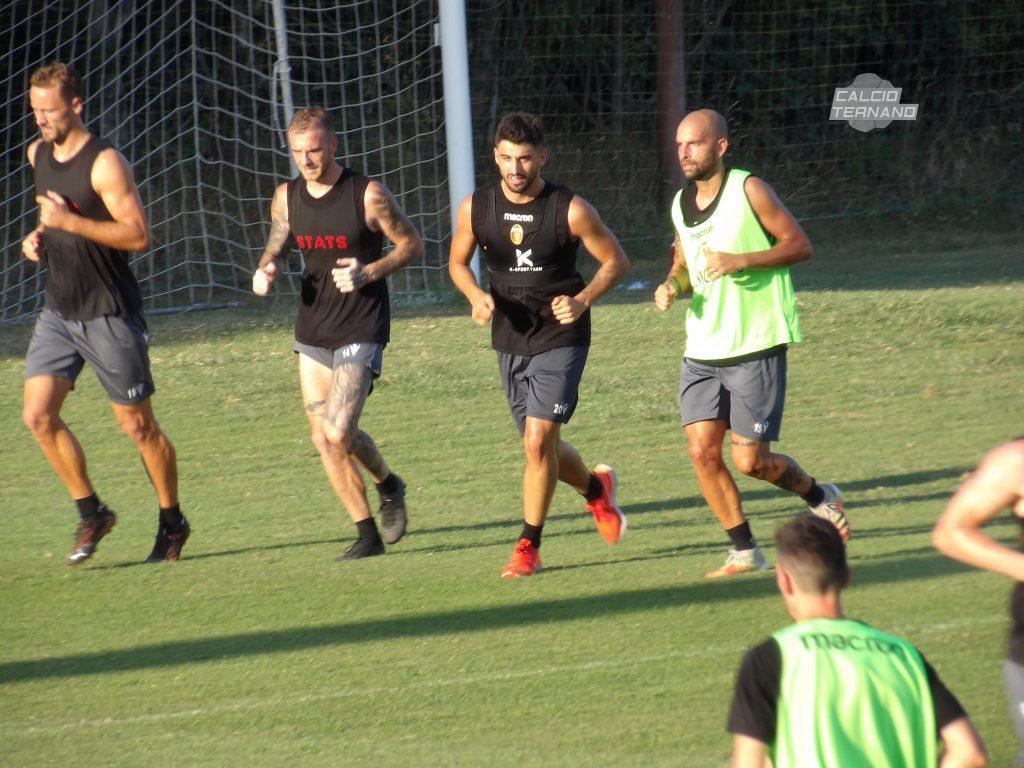 tre giocatori in movimento della Ternana