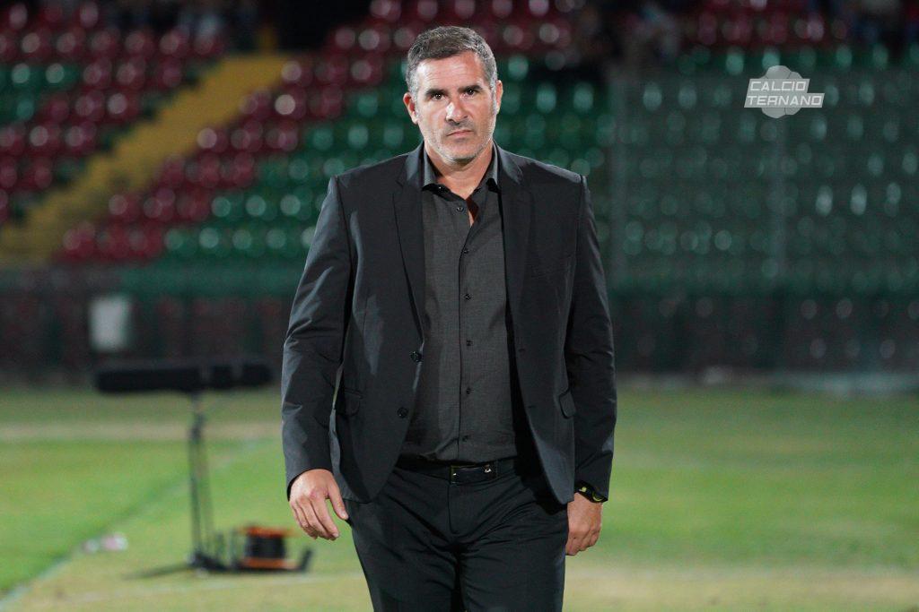mister Cristiano Lucarelli durante la partita della Ternana